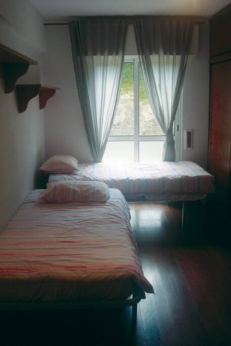 Twin bedroom / Quarto com duas camas de solteiro