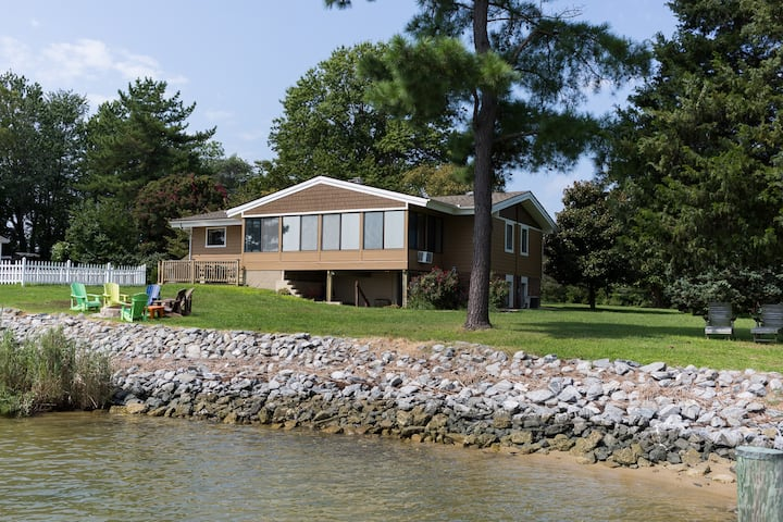 Beautiful, Private Retreat with HUGE Water Views!!
