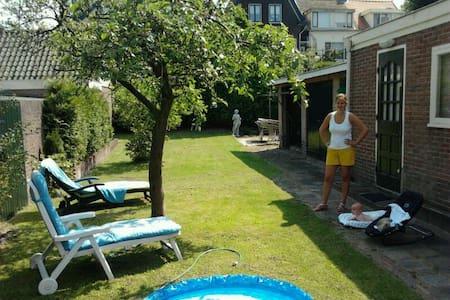 Sunny house 30mtrs garden near Adam - Ház
