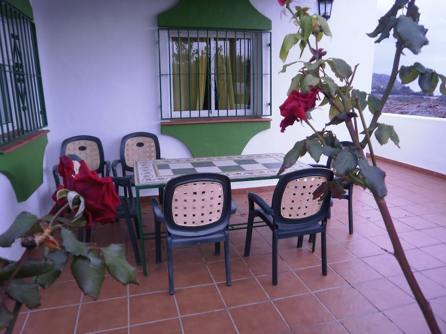 mesa entrada  con  rosales
