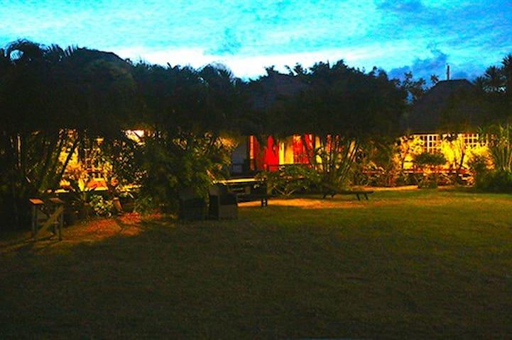 vue de nuit de la villa et des 3 bungalows