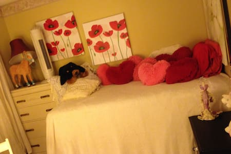 one  double bed and  a single bed - Stratford - Dom