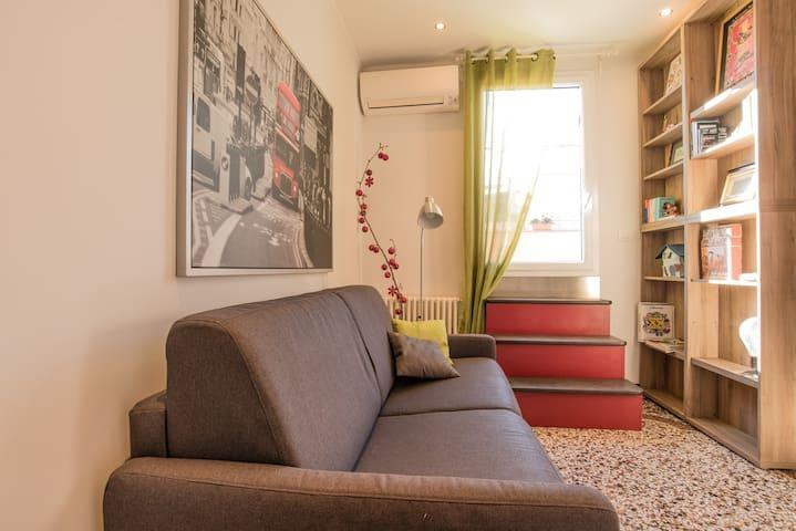 Soggiorno (10 mq) con accesso al terrazzo - Living room (10 sq mt) with access to the terrace