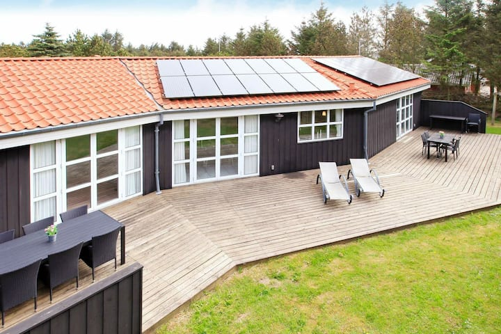 Elite-Ferienhaus mit Swimmingpool in Lokken Jütland