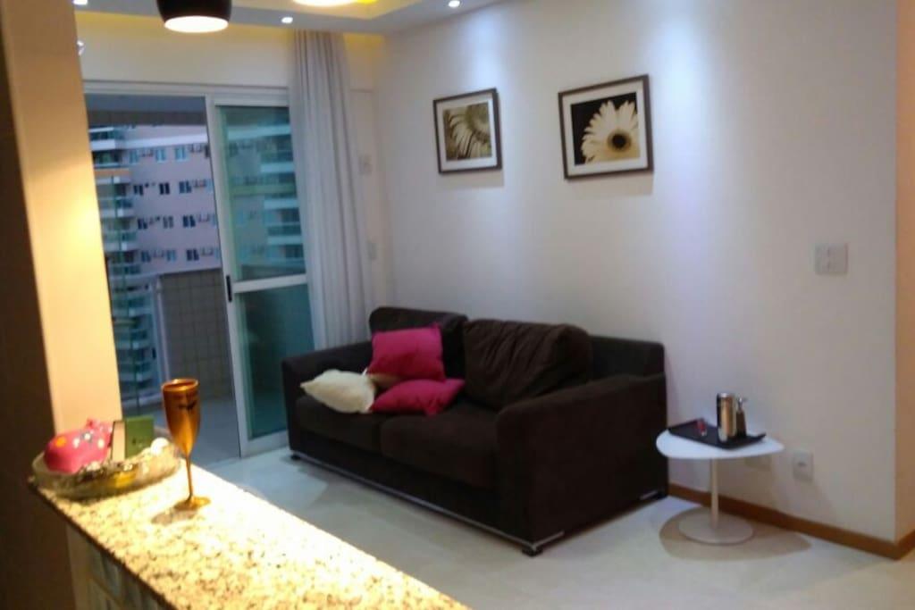 Sala decorada, com luzes embutidas, e iluminação em led