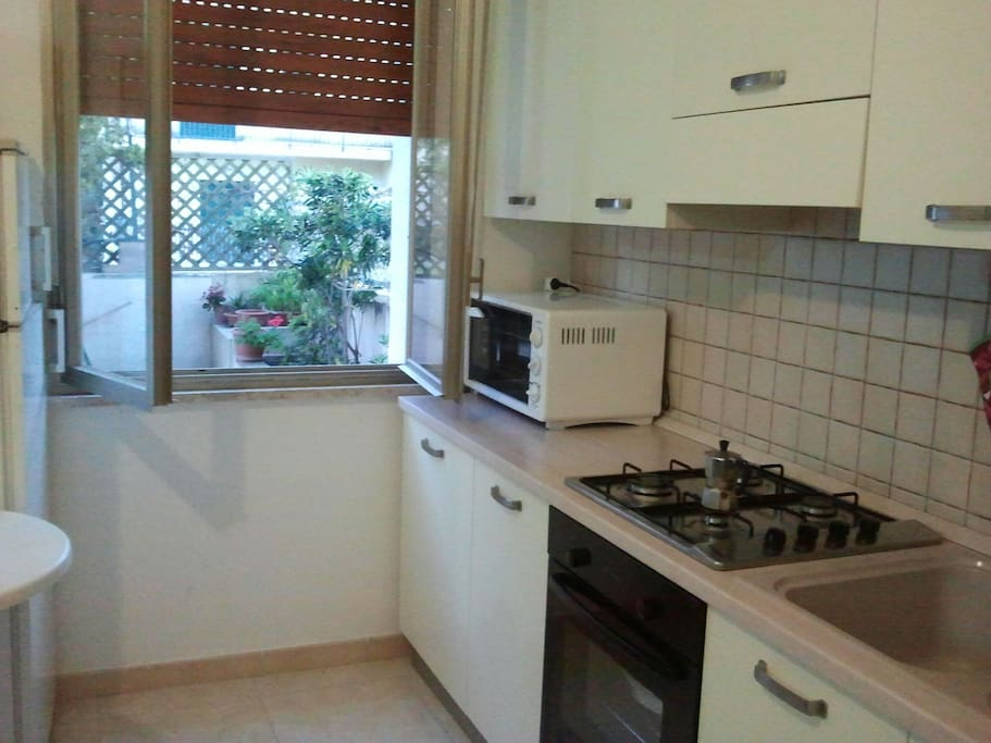 Cucina con vista su veranda di pertinenza