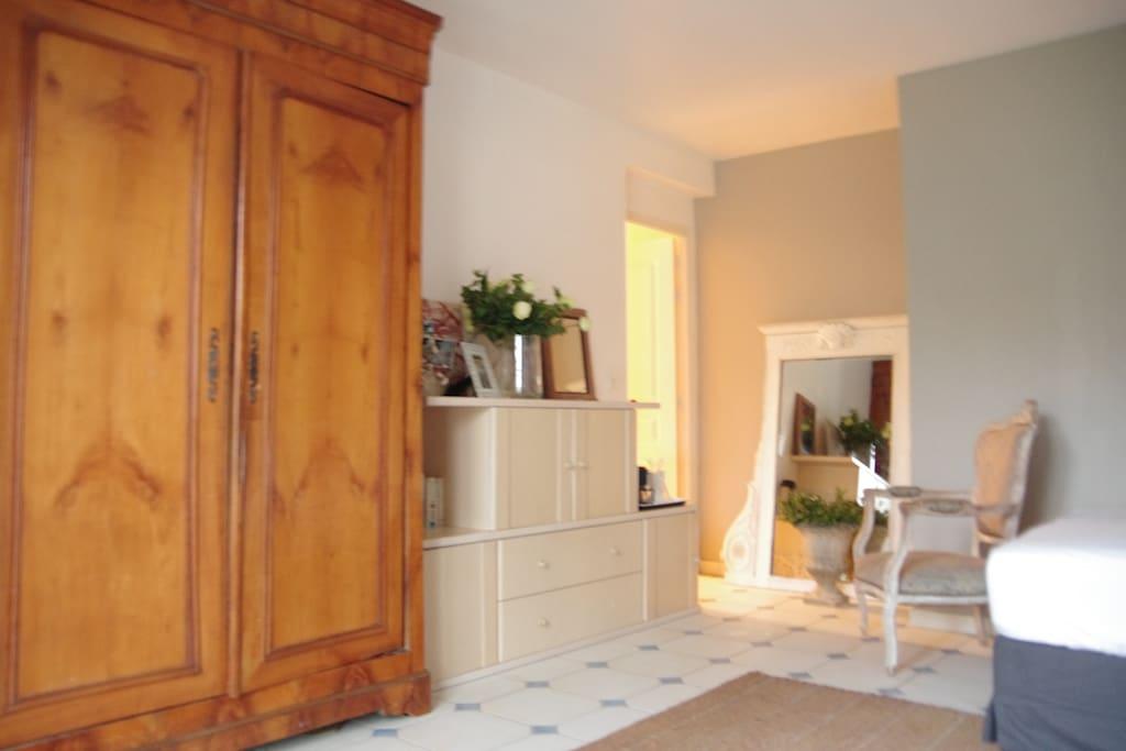Première chambre/salon/coin repas 22 m2. Porte fenêtre donnant sur le jardin. Coup de cour pour sa clarté!
