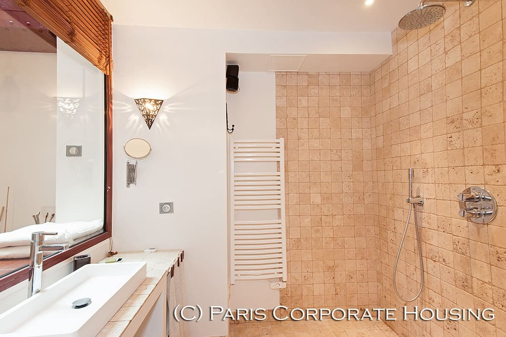 Salle de bain avec douche à l'italienne - Bathroom