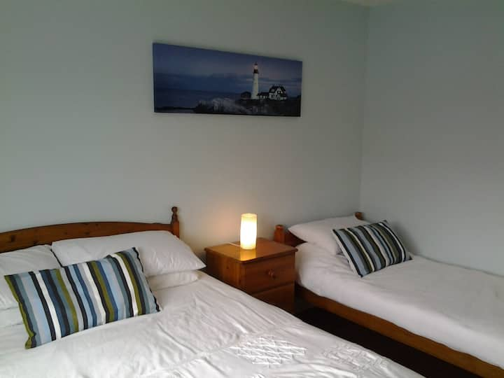 Large Bedroom sleeps 3   10 Mins to Dublin by Dart