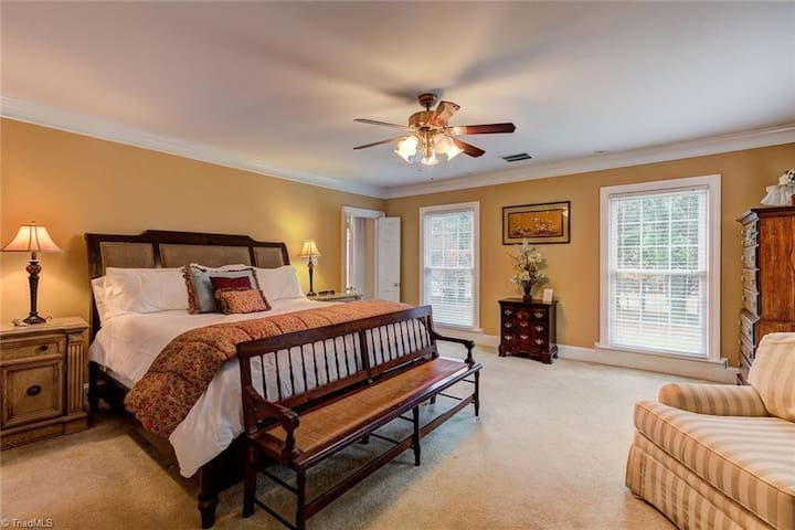 Enjoy a B&B  Suite 3.4 miles to Elon University