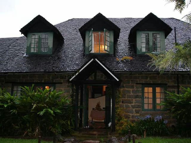 AMBONI LODGE - COLONIAL HOME