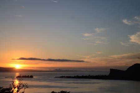 vista romantica sul lago - manerba del garda - Huoneisto