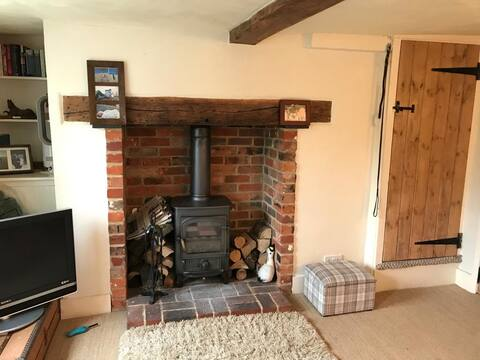 Cosy two bedroom cottage on Hungerford common.