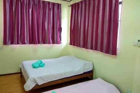 温馨光亮大臥室,雙人舒适的床和地鋪墊,共用衛生間。 - Kota Kinabalu - Dom