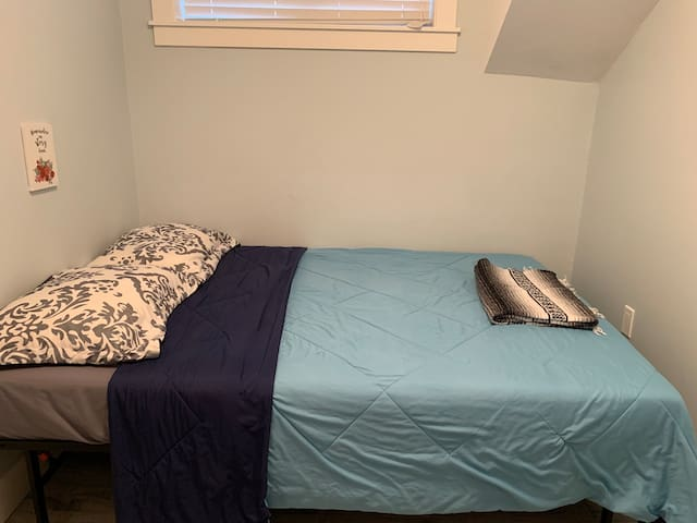 No frills Cheap and Chic Room in Vancouver ~