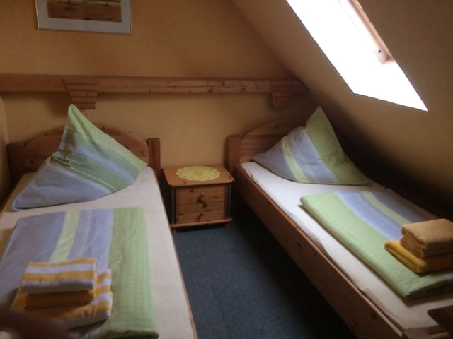 2 Schlafzimmer mit 2 Einzelbetten