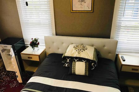 401 Private Room with Private Bathroom. Queen Bed