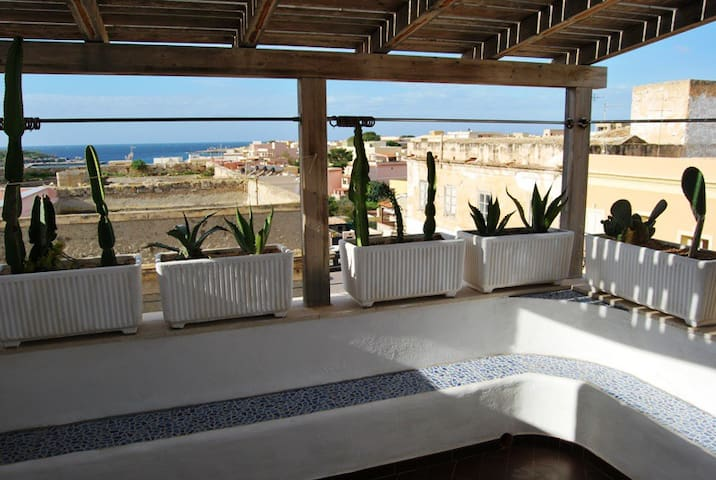 Luminoso open-space con terrazzo vista mare - Lampedusa - House