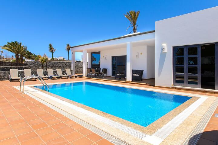 Elegant Villa Close to Beach with Pool, Sauna, Jacuzzi, Terrace, Air Conditioning & Wi-Fi; Parking Available