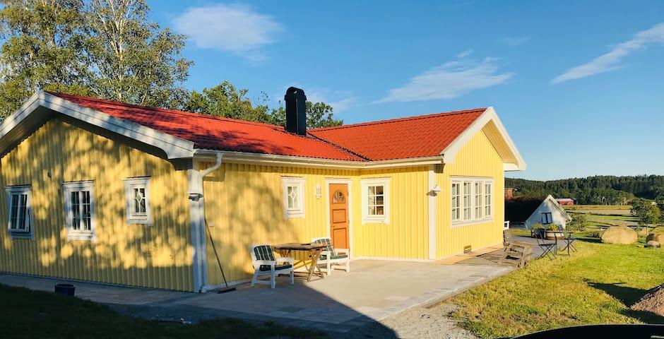 Nybyggt, modernt hus med enskilt läge och nära hav