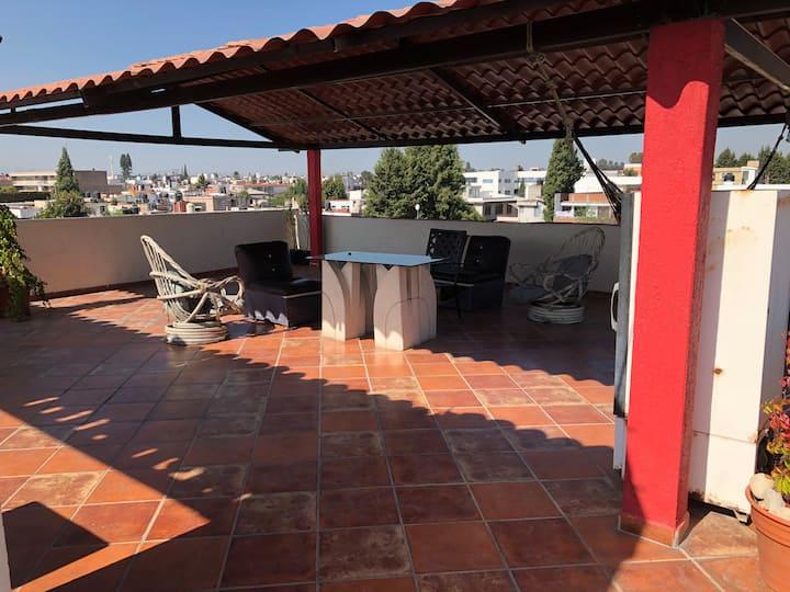 Bonito departamento con terraza y azador verde