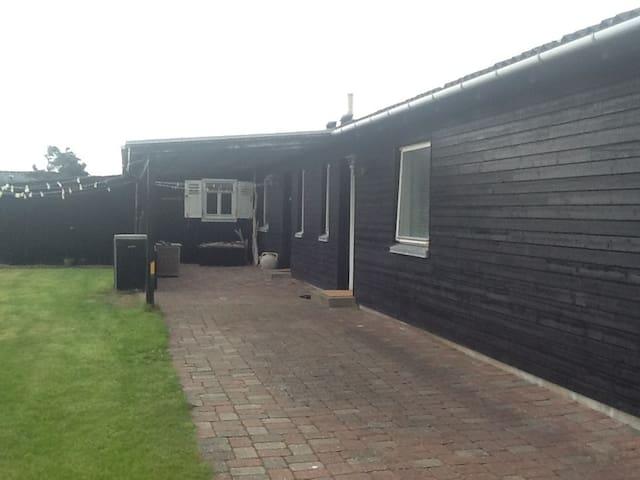 Hyggeligt hus med egen have, 200 m fra havet. - Thisted - House
