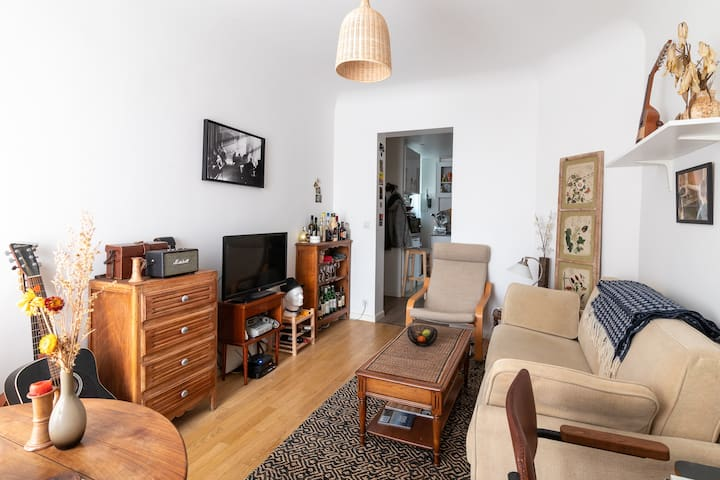 Nice flat in suburban village, well connected