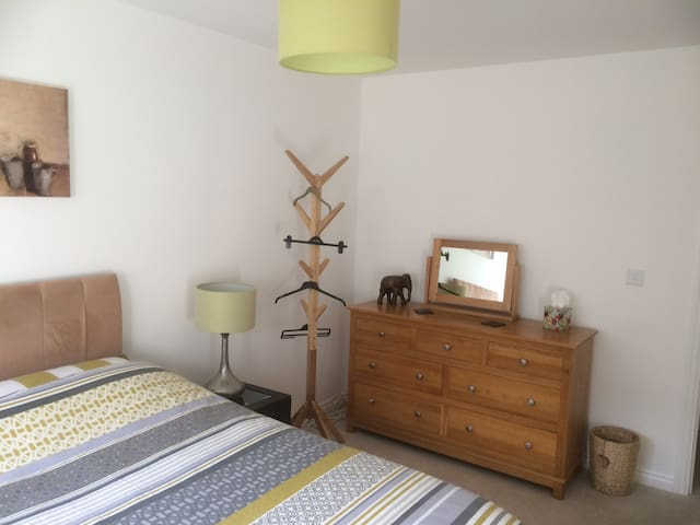 Comfortable room in new house in south Abingdon