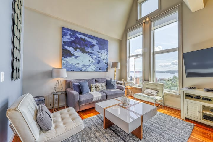 Bay view downtown condo w/shared hot tub and indoor pool!