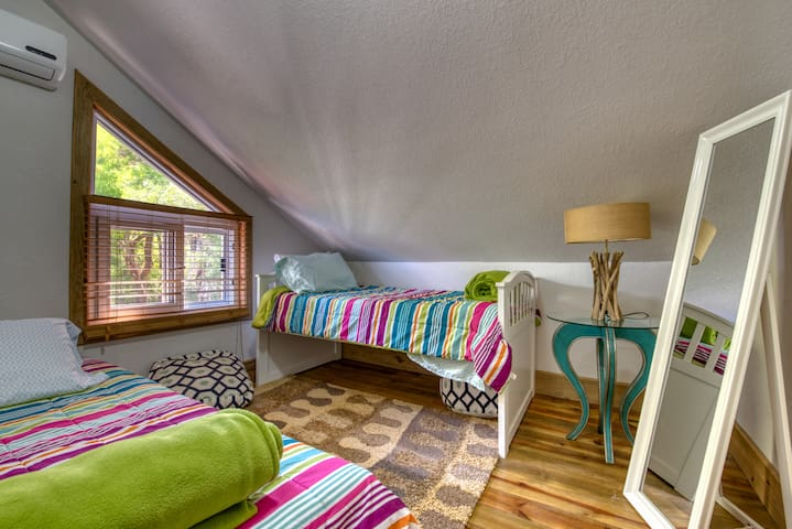Upper bedroom with 2 twin beds and AC