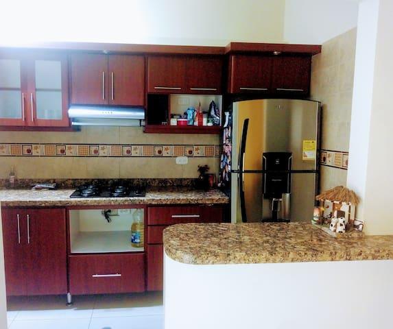 Servicios:  Nevera , estufa con gas domiciliario, extractor de olores, licuadora y utensilios de cocina.