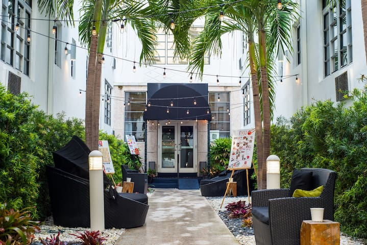 Modern Serviced Studio with One Queen Bed, Kitchen, Sundeck, Across from the Miami Beach Convention Center