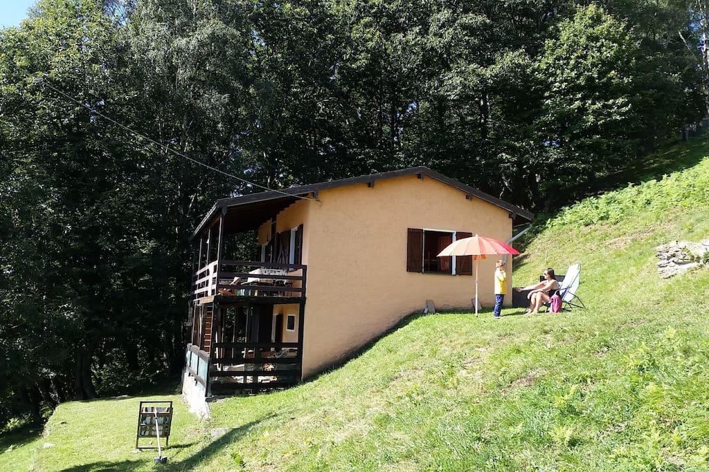 Casa con giardino e vista del terrazzo