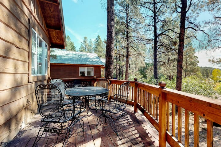 Charming, dog-friendly cabin in the forest - near parks, skiing & hot springs
