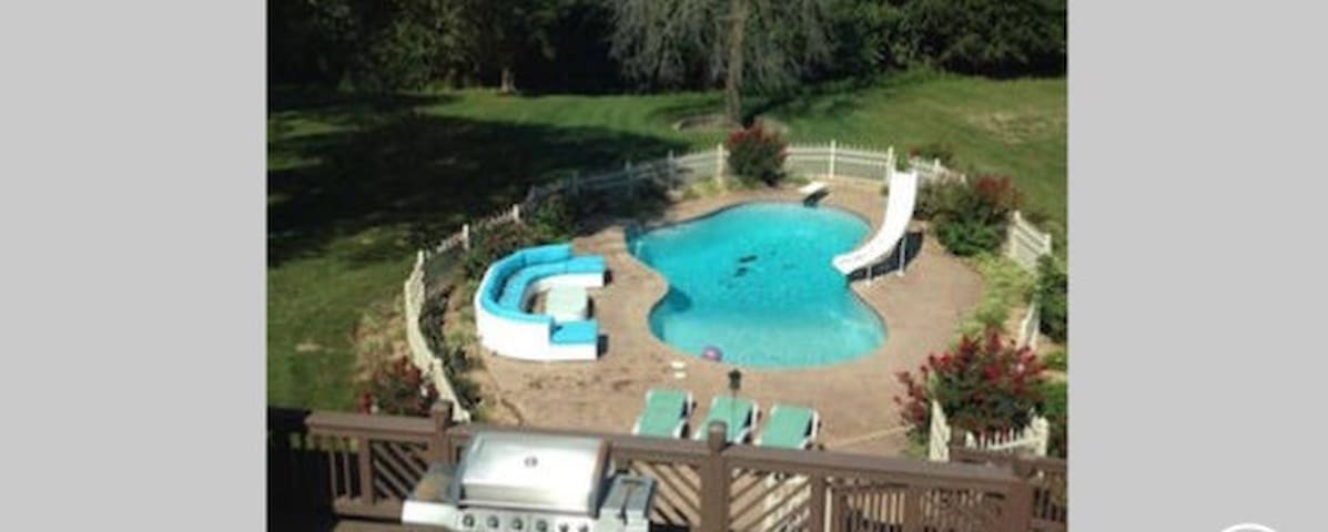 Two Adjoining Bedrooms, Pool, Deck, Grill, Firepit - Webb City - House