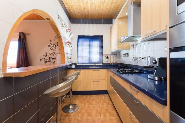 Cocina moderna equipada completa. Full equipped modern kitchen.