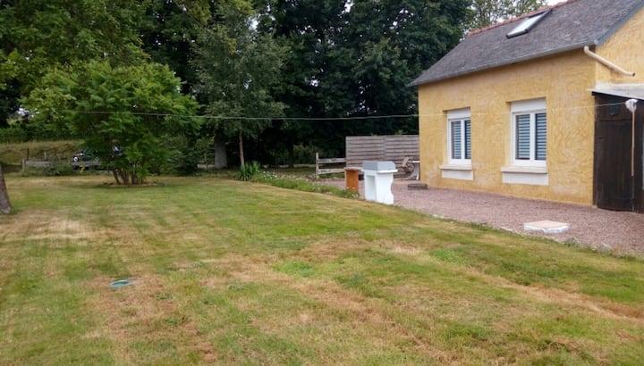 Petite maison au centre de la campagne bretonne