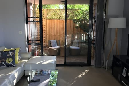 Super convenient (with courtyard) - Roseville - Appartement