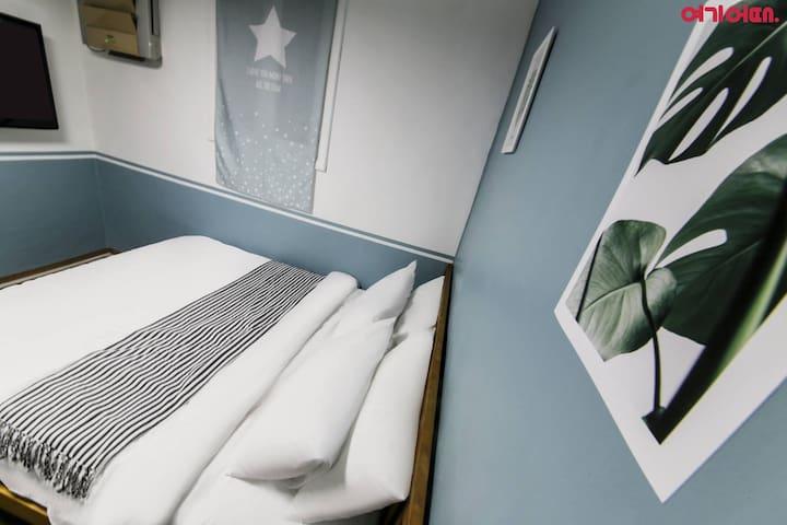 [Hongdae/Sinchon] Double room w/ private bathroom