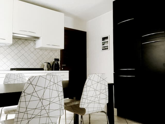 Spacious new apartment - 2BD -Sleeps 7 - Free Wifi