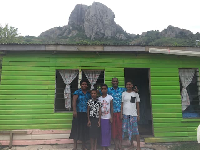 VIllage home stay with a fijian family Beachside!