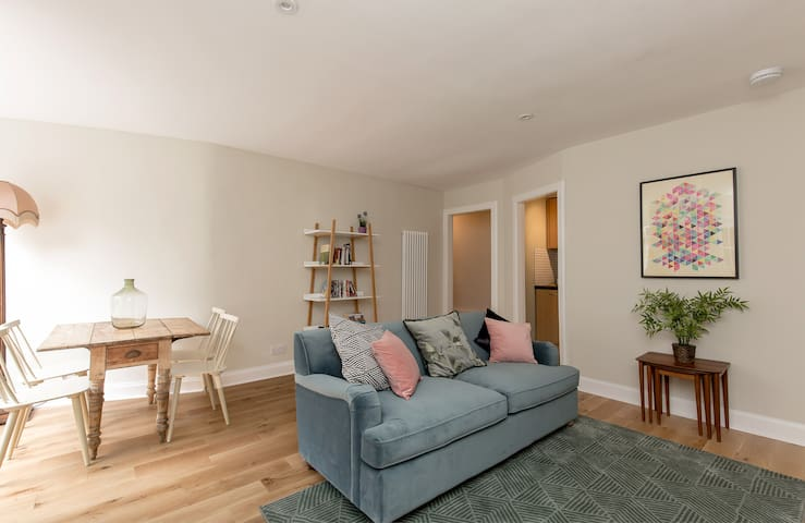 Safety and Comfort: Modern Main Door Apt right in the heart of Edinburgh