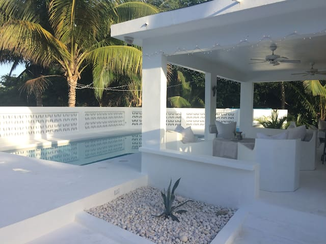 BEACHFRONT BUNGALOW!!!! POOL!!!!