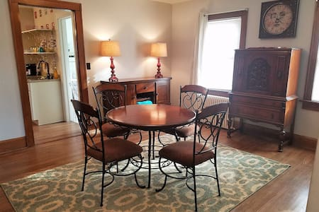 WOW Apartment in vintage home. 2 miles to downtown - 羅克福德(Rockford)