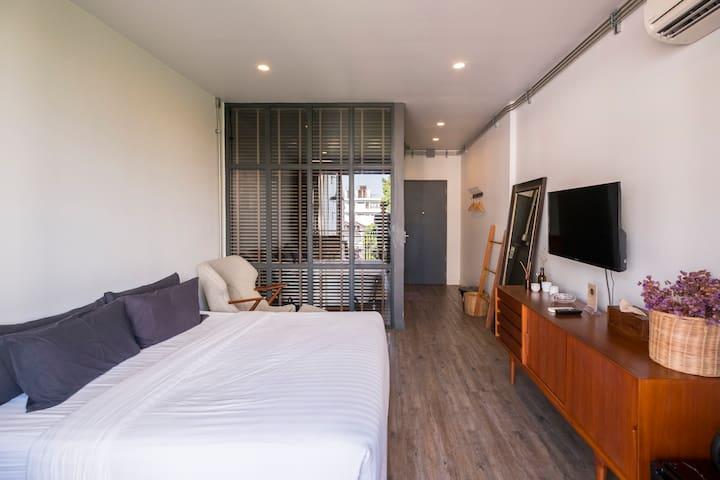 Room with Terrace and Bathtub near Night Bazaar