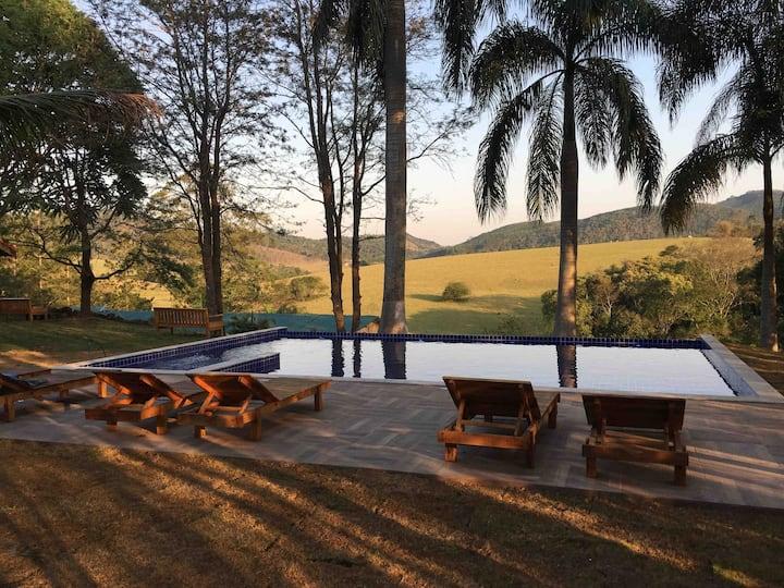 Chale villa verde, com vista para a montanha.