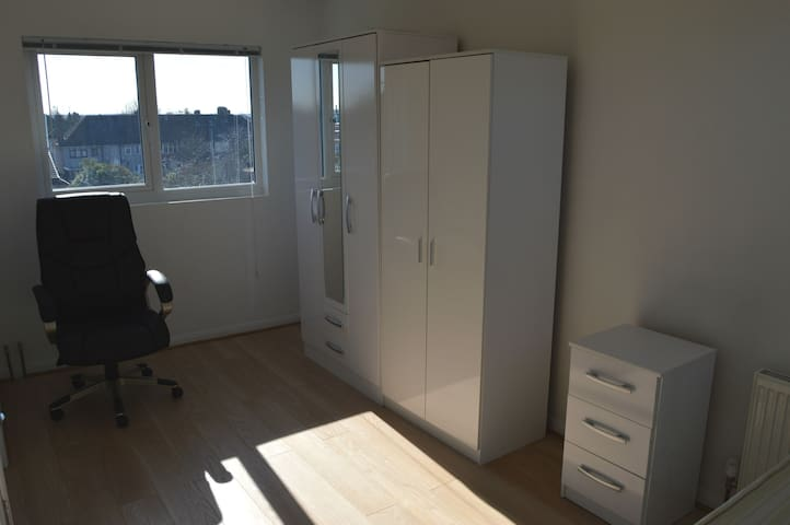 En-Suite Double Room in East London - Dagenham - Loft