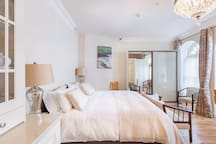 """Georgian charm , Contemporary comfort, deluxe apartment in the heart of Dingle. """"Amazing apartment,  a five star stay!"""" Stroll down to the harbour. """"Mairead, You're one of the few hosts who earned Superhost status 5 quarters in a row!  Airbnb Team"""