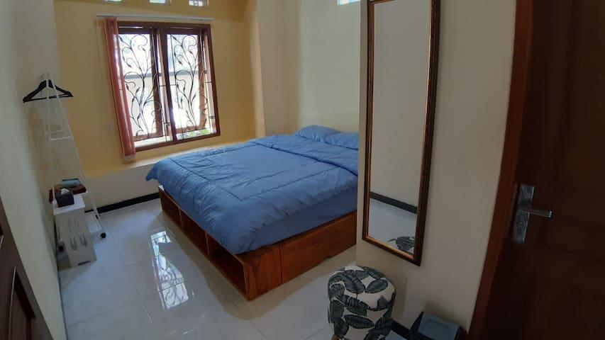 Kamar 1 diisi Bed latex ukuran 180x200 dan memiliki kamar mandi dalam