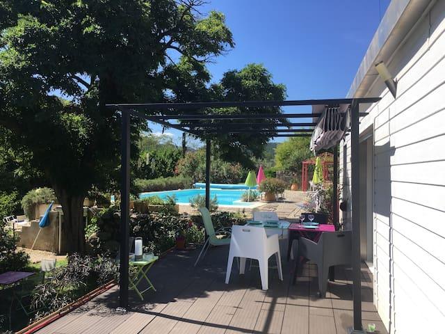 Maisonnette colorée au bord de la piscine